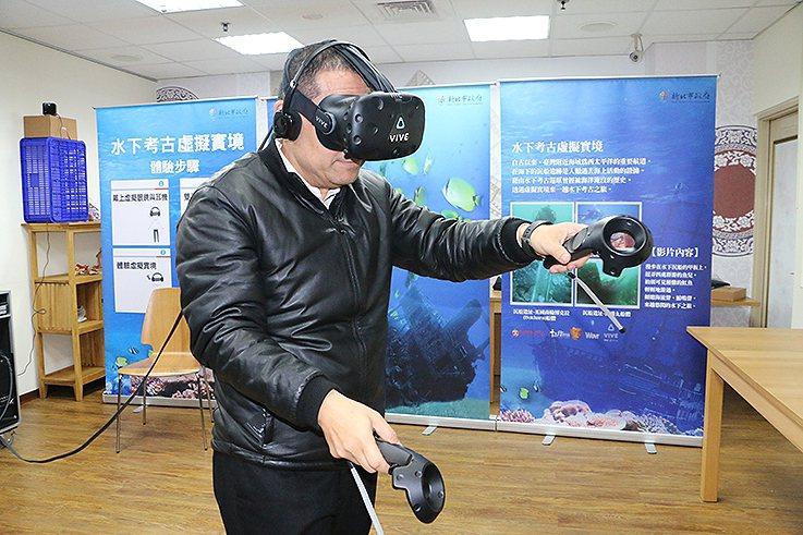 新北市副市長侯友宜示範水下考古VR。 新北市文化局/提供