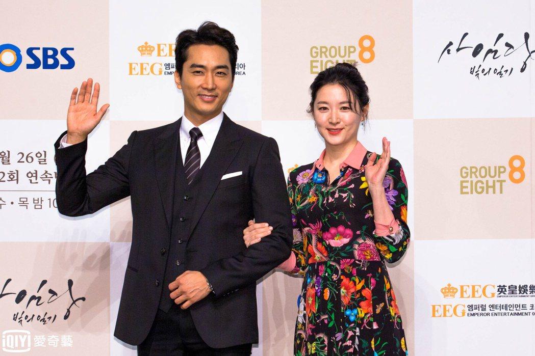 宋承憲(左)和李英愛首度合作演出「師任堂」,新戲日前在首爾舉辦記者會。 圖/台灣