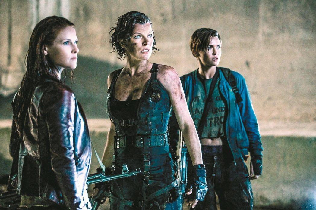 蜜拉喬娃維琪(中)在「惡靈古堡:最終章」中再度對抗活屍大軍。 圖/索尼提供