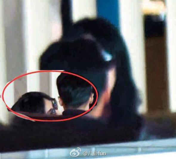 微博上再度熱傳,有網友拍到王菲與謝霆鋒在某機場候機室有說有笑,王菲還主動親吻謝霆...