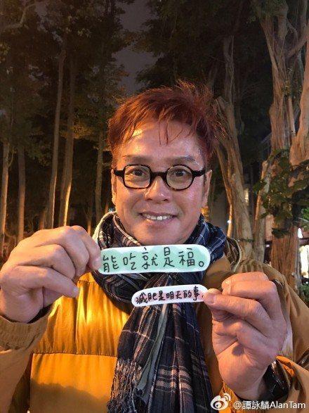 譚詠麟今天下午在微博貼出照片,背景原來是台北101大樓與熱鬧的年貨大街。圖/取自...