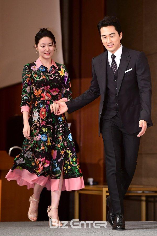 忙著和宋承憲一同宣傳新片「師任堂」的韓國女星李英愛,在亞洲記者會中選穿GUCCI