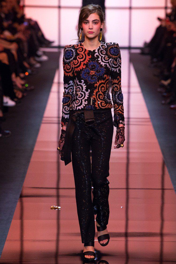 刺繡亮片的橘藍色混搭,讓GIORGIO ARMANI PRIVE高訂展現強烈個性...