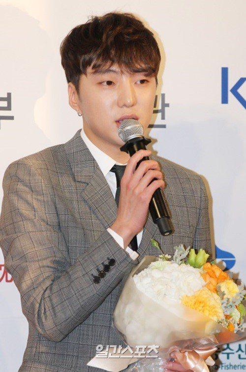 WINNER隊長姜昇潤,昨天在拍攝「花樣旅行」時,因高燒被緊急送醫治療。圖/摘自