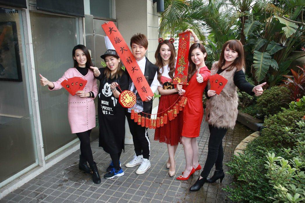 謝金晶(左四)今包場請好友(左起)陳淑萍、王彩樺、翁立友、黃思婷、楊靜看豬哥亮的