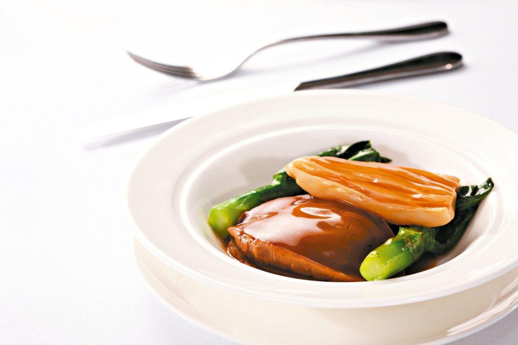 香港富戶吃鮑魚,特別是逢年過節,一定要把鮑魚反轉,底部朝天,寓意「枕住上,枕住有...