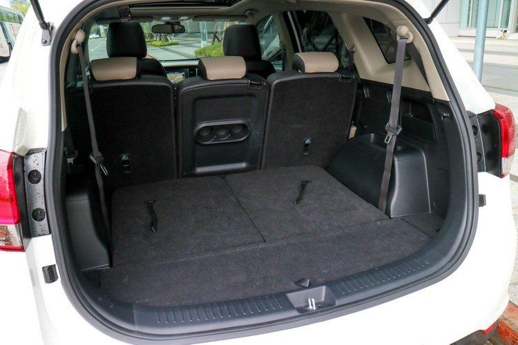 KIA Carens CRDi柴油旗艦版行李廂空間寬敞。 記者史榮恩/攝影