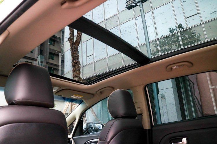 KIA Carens CRDi柴油旗艦版全景電動天窗。 記者史榮恩/攝影