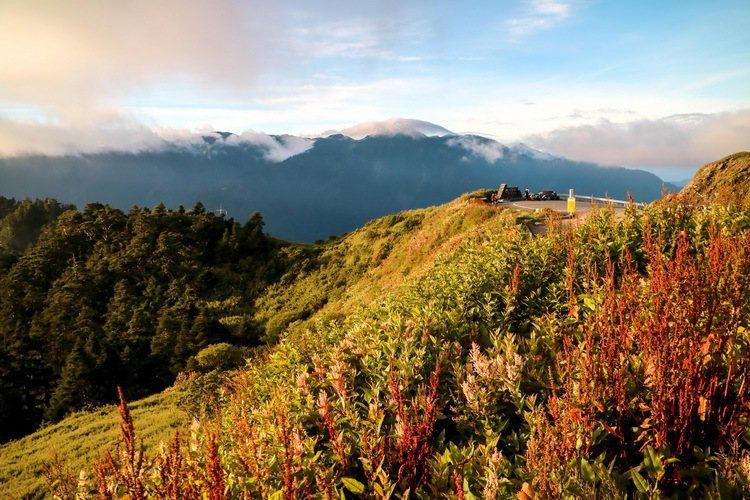 晨光照耀下的合歡山。 記者史榮恩/攝影