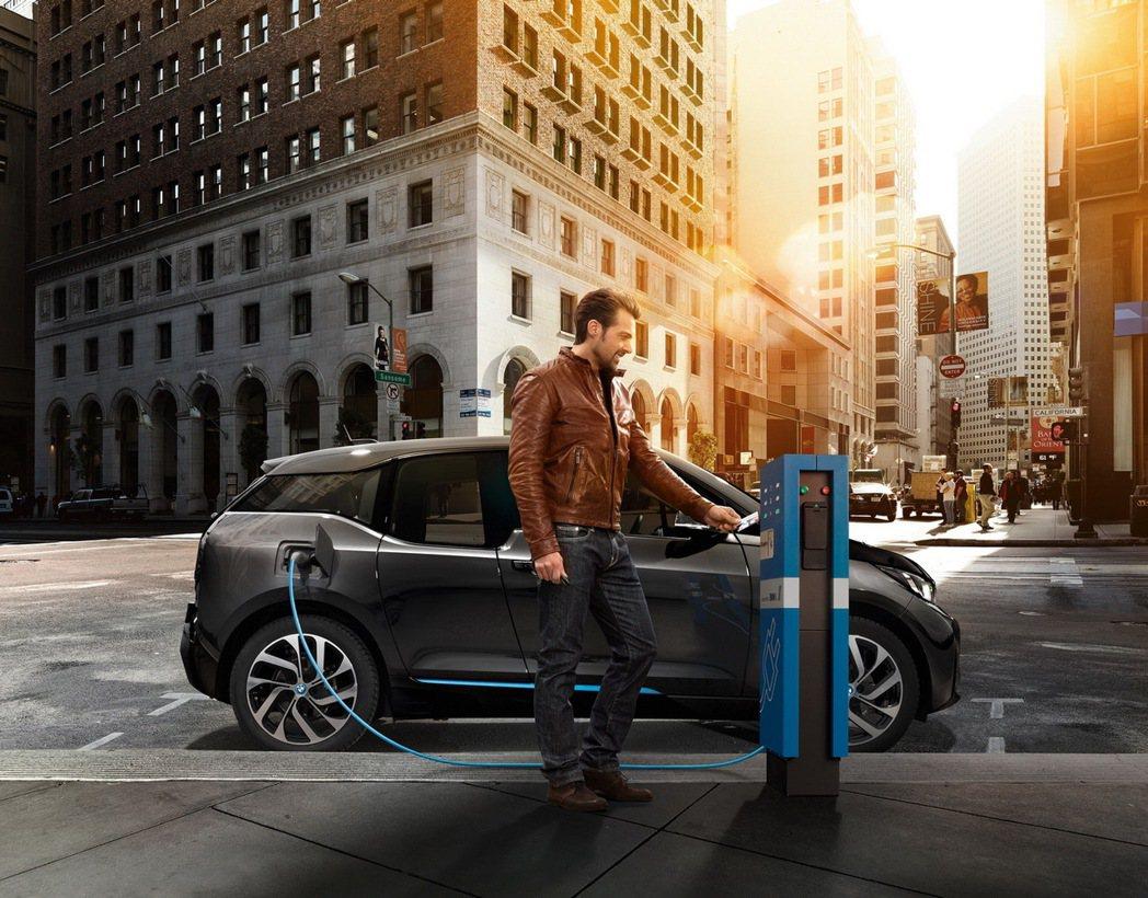 BMW總代理汎德公司致力拓展全台電動車充電點 推廣環保永續的BMW i品牌精神。...