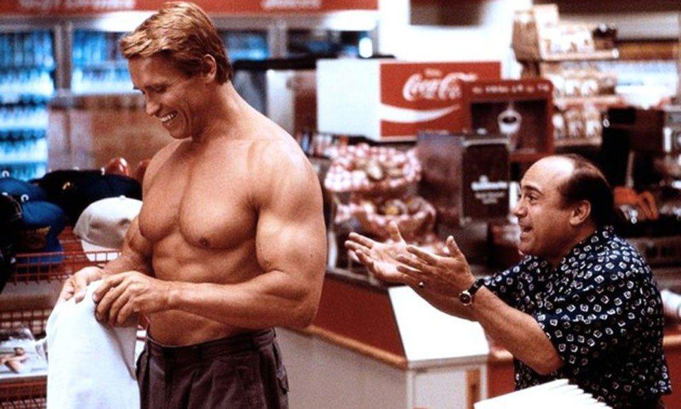 阿諾史瓦辛格在「龍兄鼠弟」仍要展現健壯體格。圖/摘自blogspot