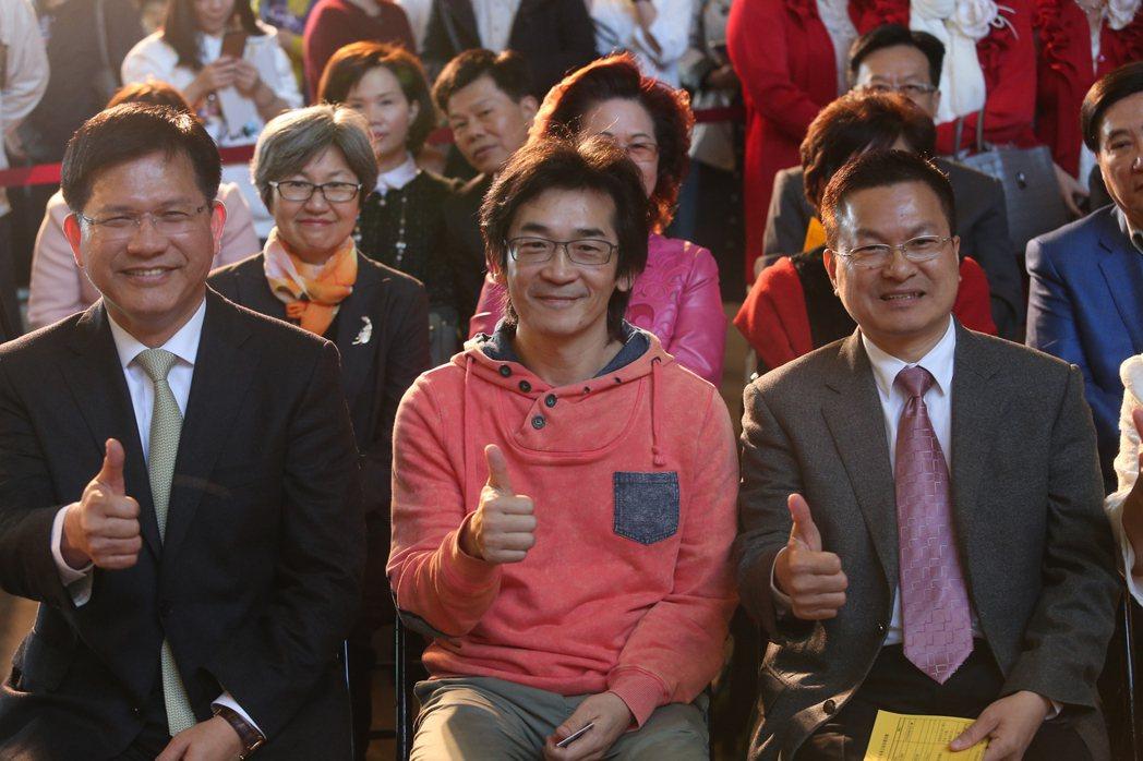 導演魏德聖(中)執導的賀歲片「52赫茲我愛你」在台中市首映,台中市長林佳龍(左)