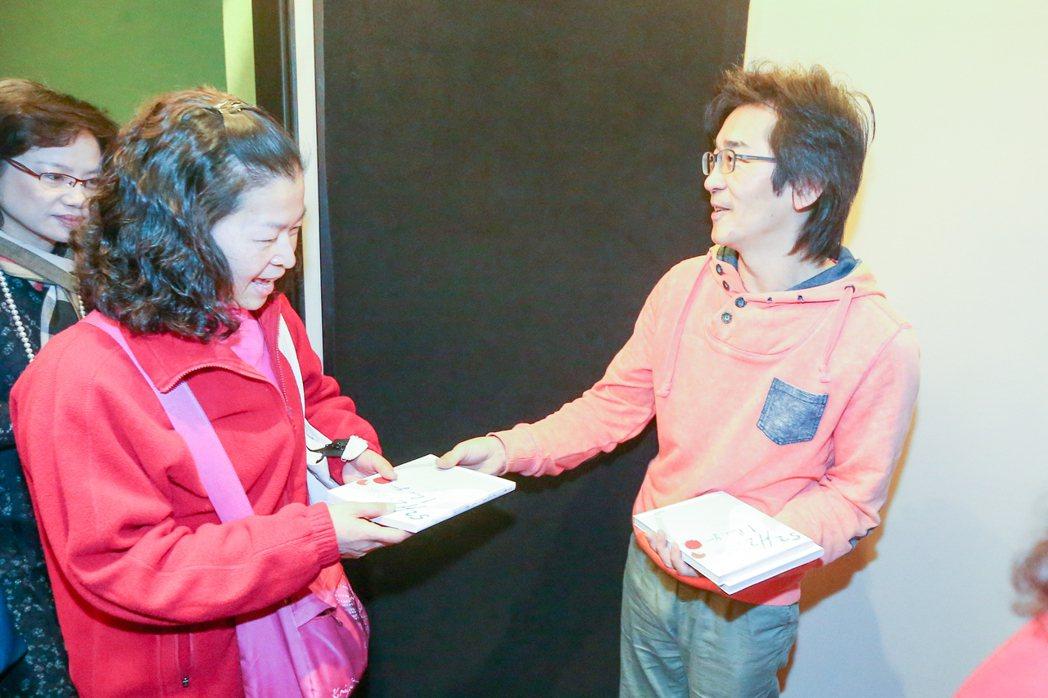 電影播放結束後,導演魏德聖(右)親自到門口致贈簽名電影繪本給民眾。記者黃仲裕/攝...