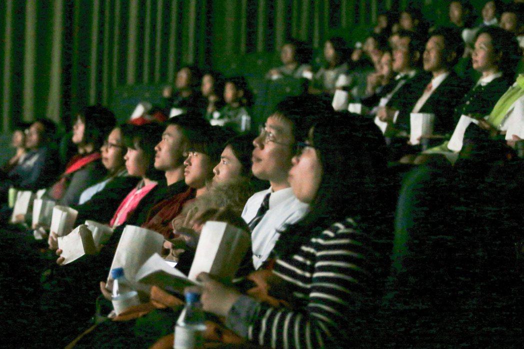 導演魏德聖執導的賀歲片「52赫茲我愛你」在台中市首映,招待1200多名偏鄉家扶兒...