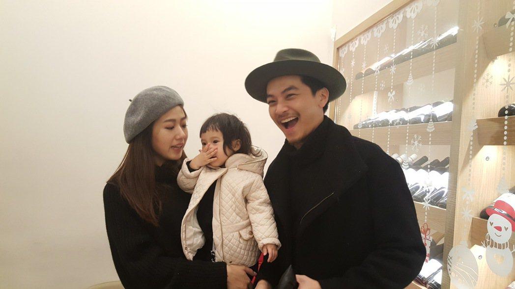 楊銘威(右)帶妻女出席經紀公司尾牙。記者杜沛學/攝影