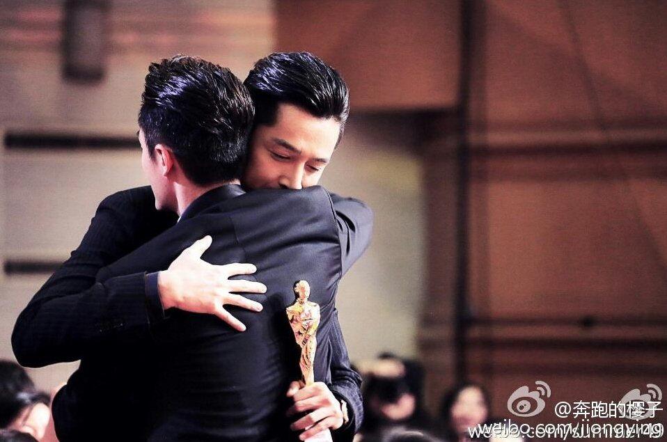 胡歌之前在「國劇盛典」拿到「最佳男演員獎」,與好友霍建華激動擁抱。 圖/摘自微博
