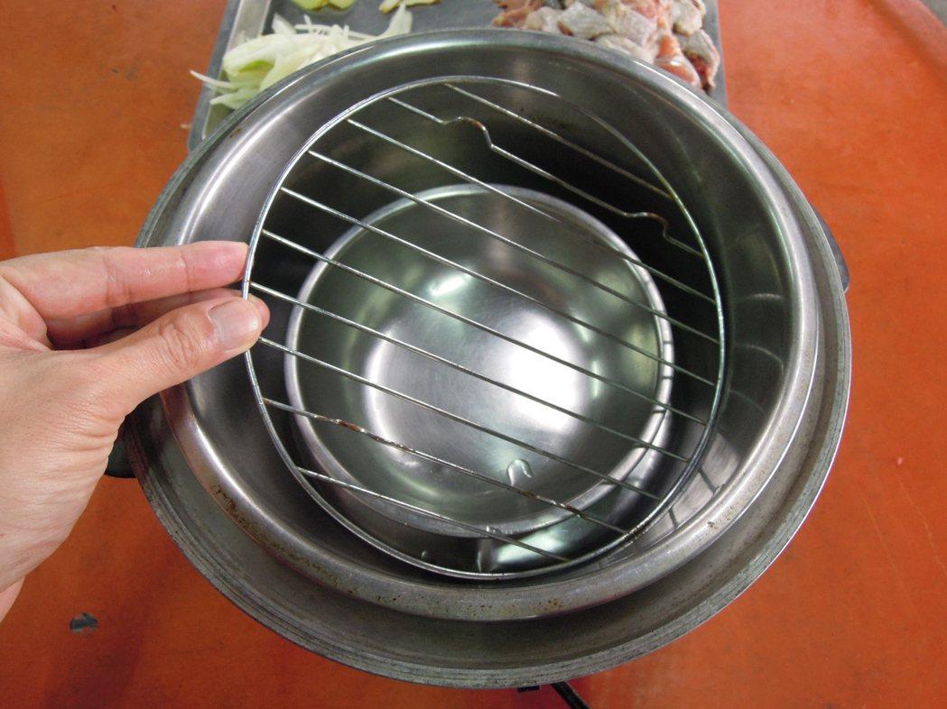 滴雞精分解步驟3:傳統電鍋內鍋中多放一小碗(碗中先放參片)與層架,承接雞...