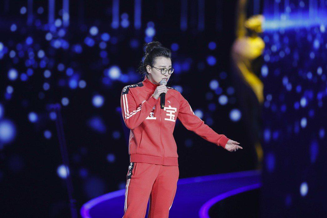 傅園慧日前在頒獎典禮上表演。   新華社