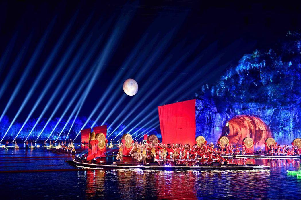1月27日晚,搭建於山水之間的2500平方米水上舞台,以桂林城徽象鼻山和訾洲島作