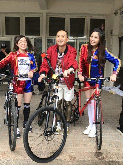 浩子與參賽來賓一起騎自行車競賽。圖/民視提供