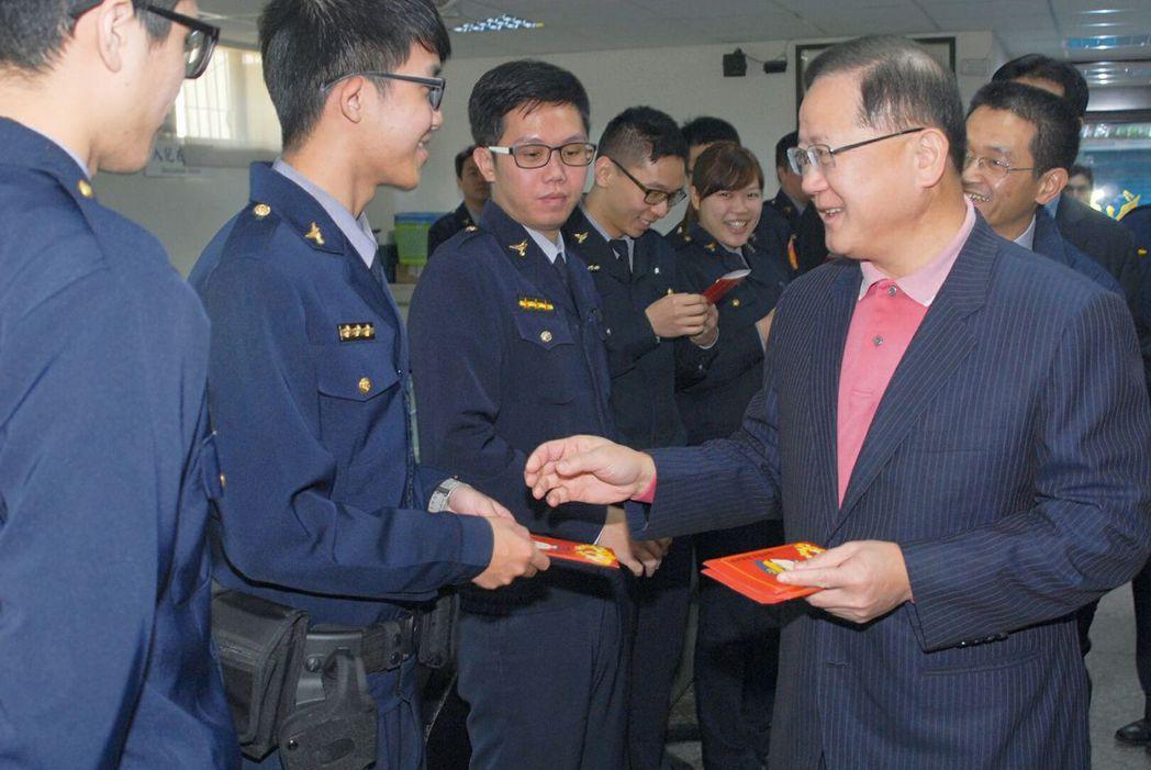 警政署長陳國恩(右)大年初一到新北市樹林警分局慰勞基層員警,並發送紅包。 記者林...