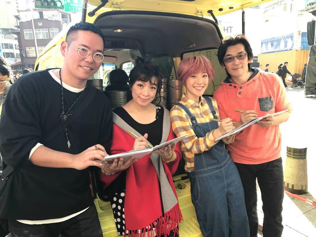 導演魏德聖(右)、小球、趙詠華、歌詞創作人嚴云農特地現身位粉絲送花。圖/威視提供