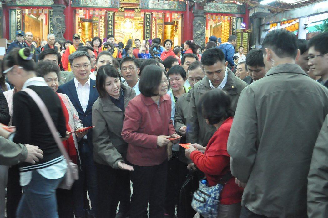 總統蔡英文傍晚到高雄岡山壽天宮發福袋,民眾排隊領取支持。記者黃宣翰/攝影