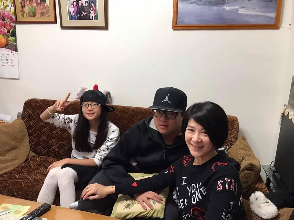 陸元琪(右起)與一對兒女過年。圖/摘自臉書