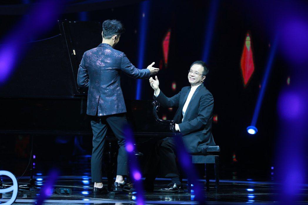 名揚國際的台灣鋼琴家陳瑞斌受邀與香港歌手李克勤跨界合作,28日大年初一登江蘇衛視
