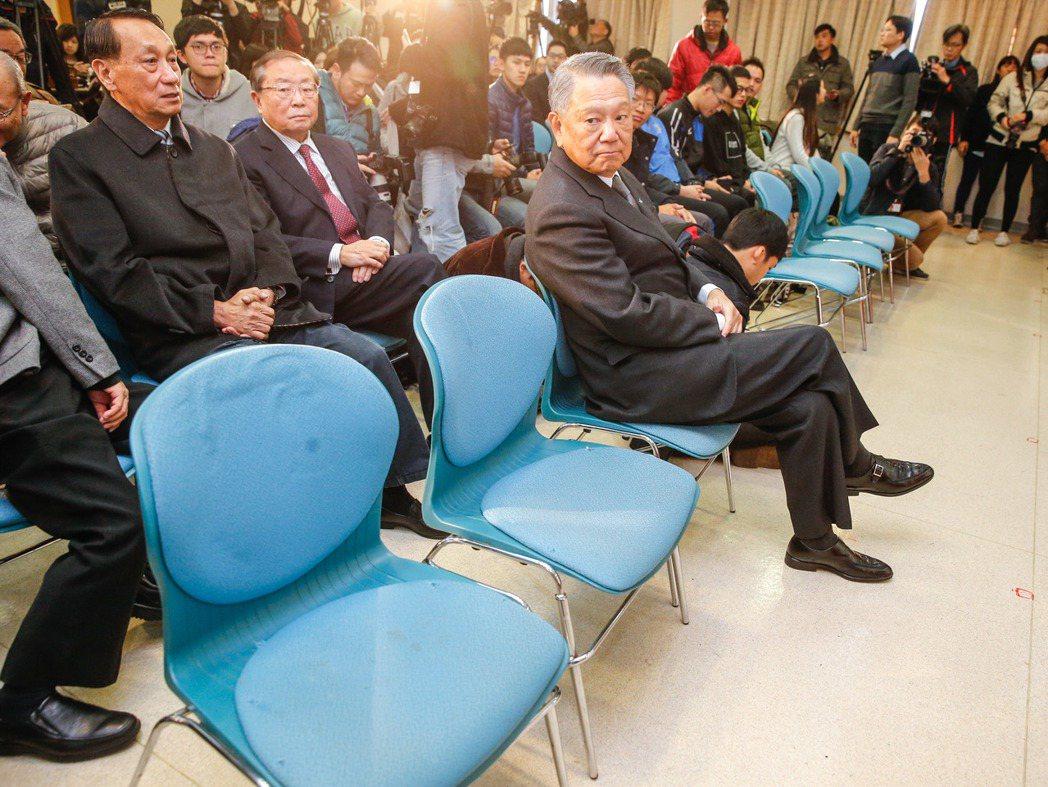國民黨前副主席詹啟賢(右)在台大校友會館舉行「宣布參選中國國民黨黨主席」記者會,...
