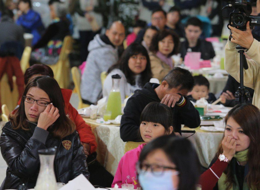 南台大震將滿周年,台南市府在維冠大樓原址,邀請近兩百位災戶提早圍爐,許多住戶見到...