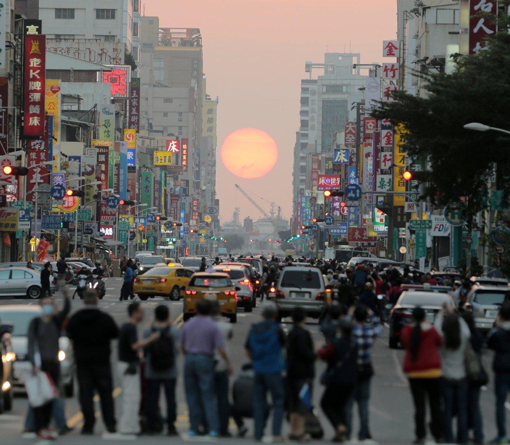 高雄市青年路懸日是深具特色的街道景觀,大年初一傍晚懸日再現,整座城市有如沈浸在金...