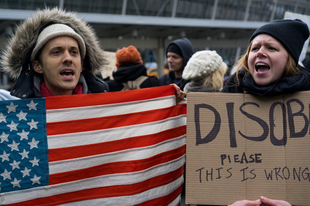 示威者在紐約甘迺迪機場外面抗議,呼籲勿執行川普的行政令。(美聯社)
