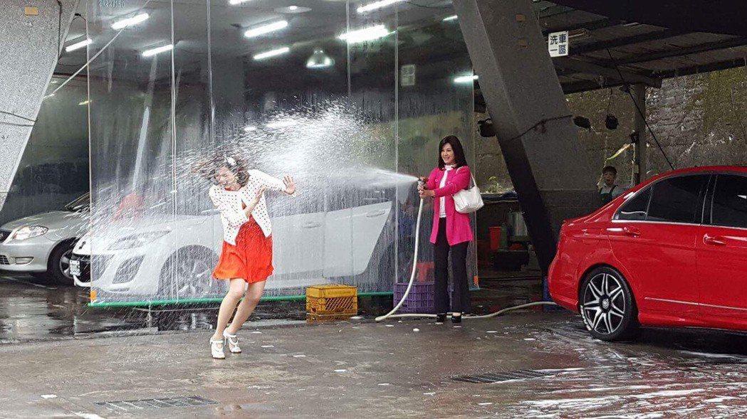 廖家儀(左)演出「春花望露」慘遭陳妍安水柱攻擊,渾身狼狽不堪。圖/民視提供