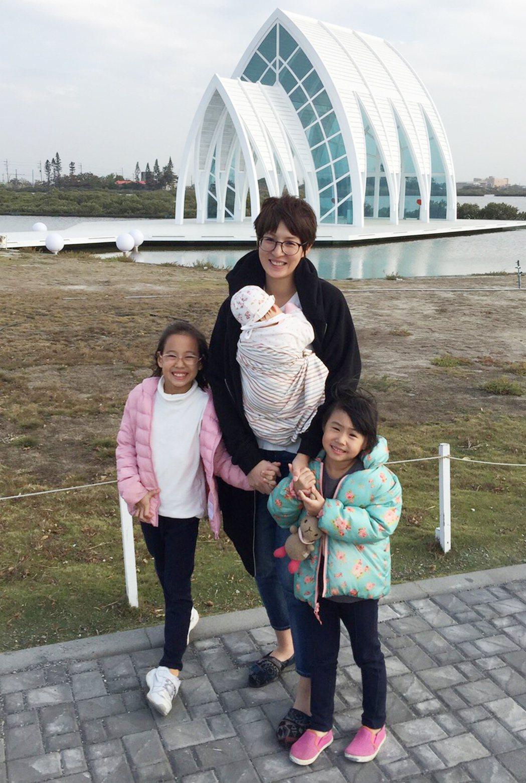 夏嘉璐(中)帶三個女兒一起出遊。圖/TVBS提供
