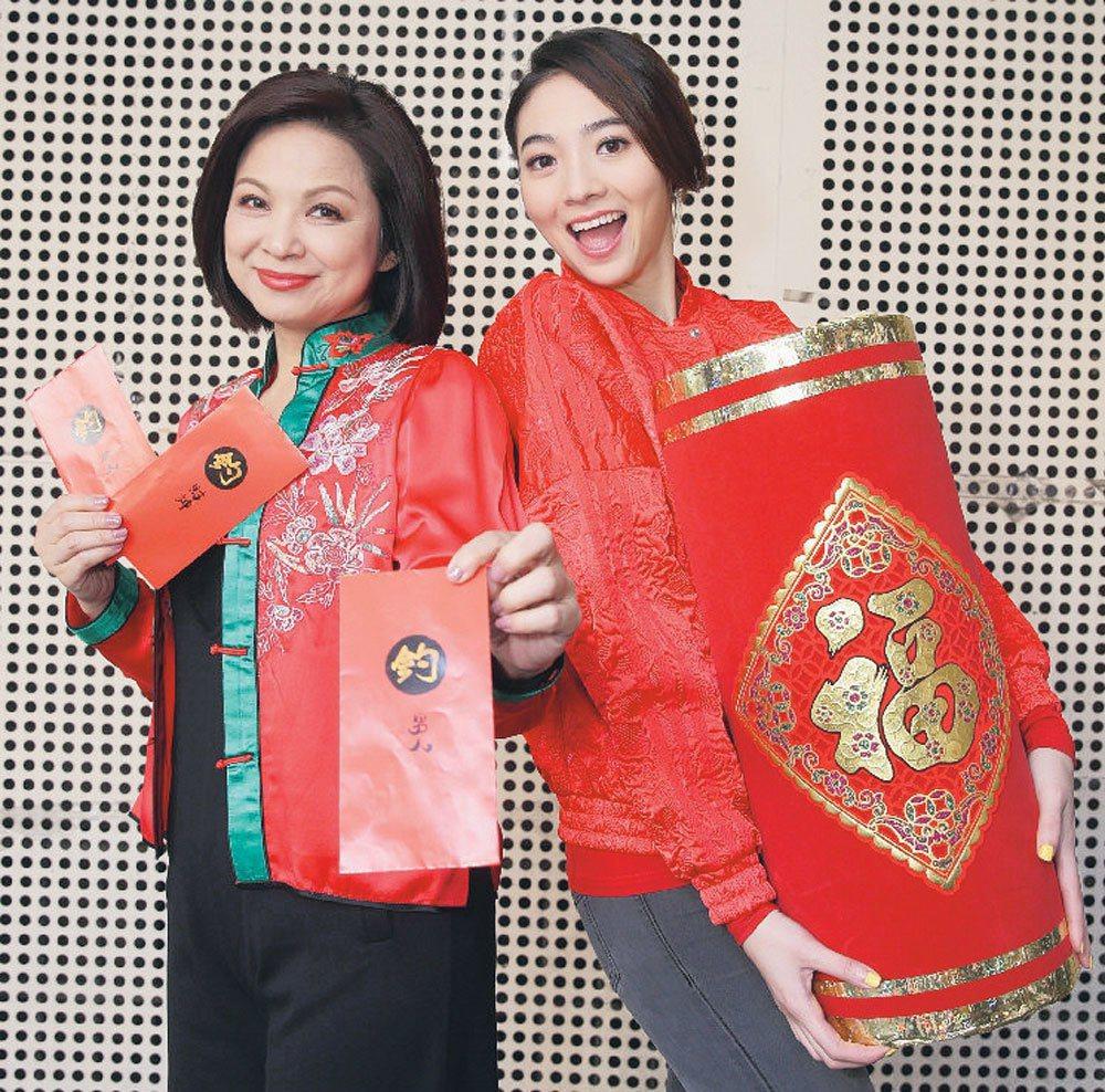 楊貴媚(左)及謝沛恩(右)向大家拜年。 記者侯永全/攝影