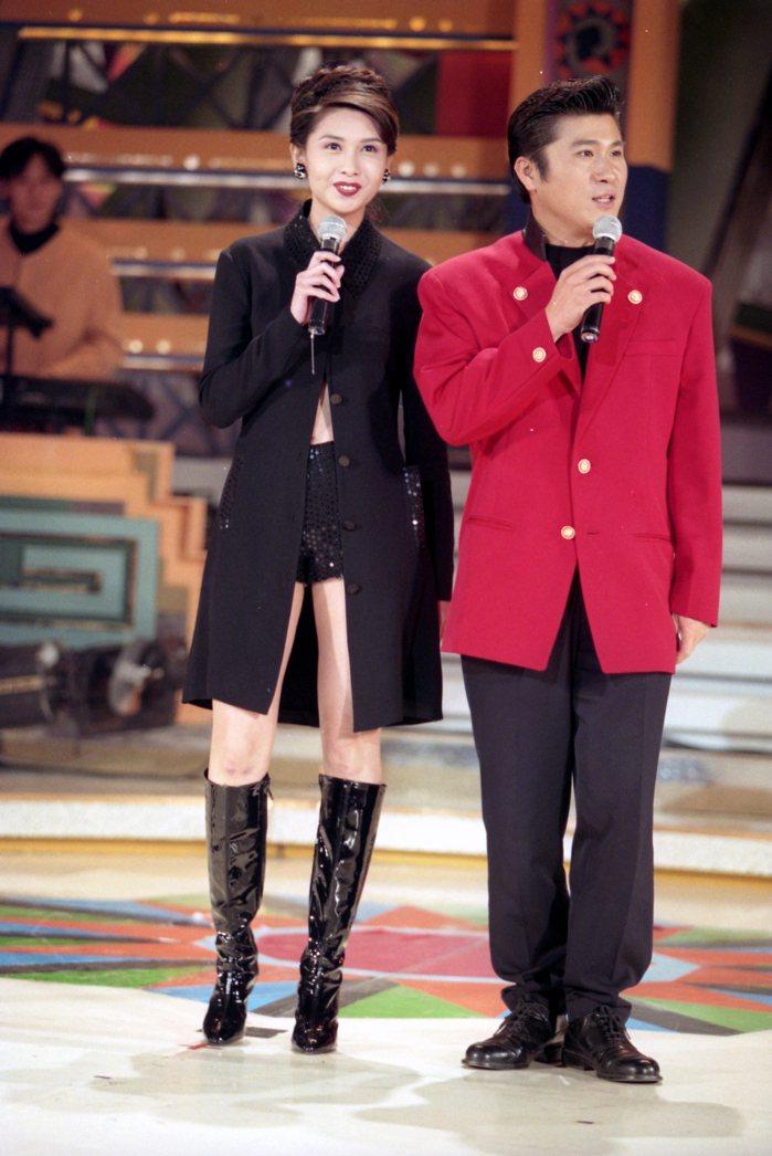 邱淑貞(圖右)曾是許多粉絲心目中的性感女神,圖為1995年拍攝。 圖/報系資料照