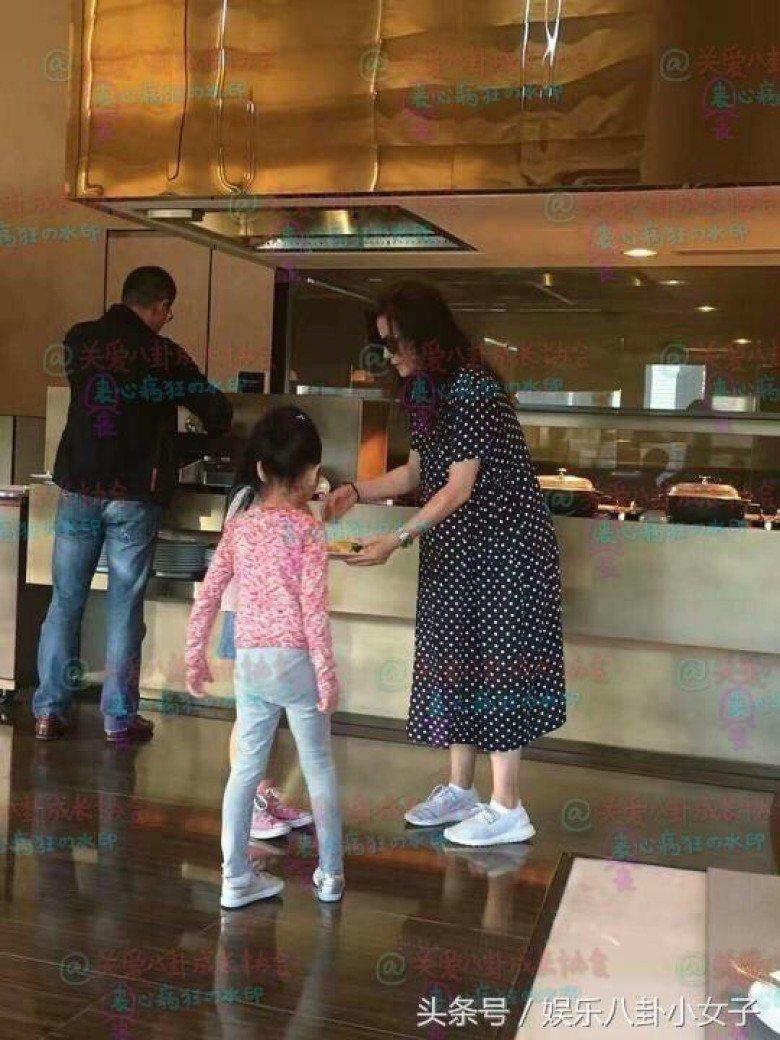 網友爆料,在杜拜享用自助餐期間,趙薇連彎腰照顧女兒小四月都顯得有些困難,被猜測她...