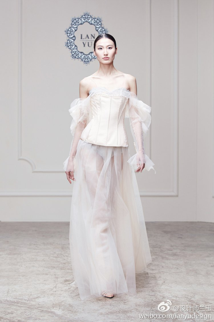 剛在巴黎發表高級訂製服的中國品牌蘭玉(LANYU)將在紐約時尚周推出2017年秋...