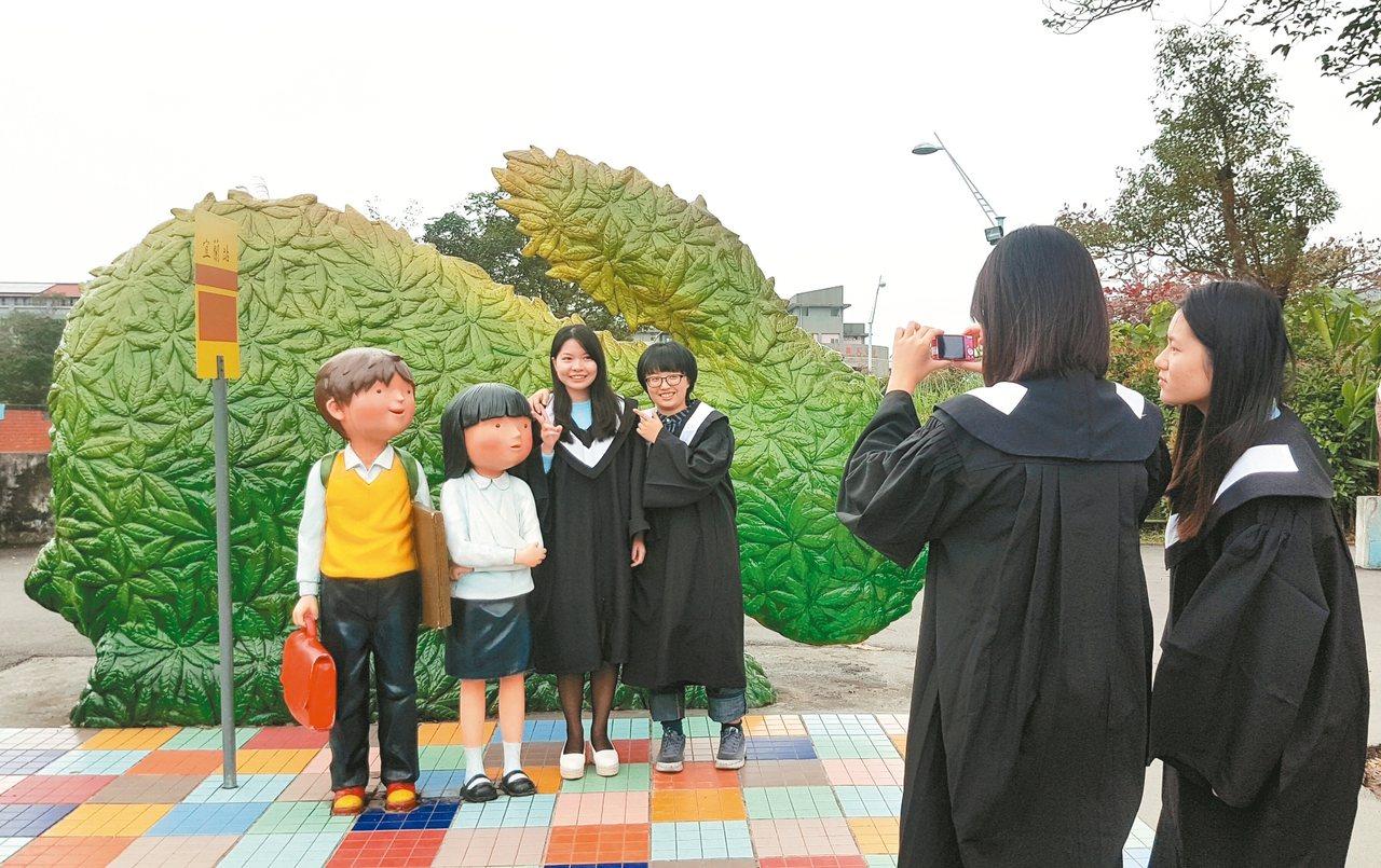 宜蘭幾米廣場因設計富有童趣,廣受遊客喜愛,春節期間參觀人數眾多。 記者吳佩旻/攝...