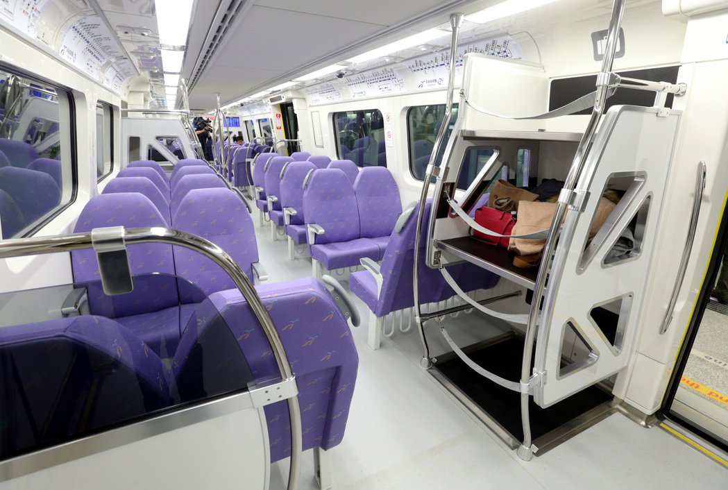 機捷車廂直達車以紫色為代表,共有有216個前後對稱的座位,座位下也能放置20吋行...