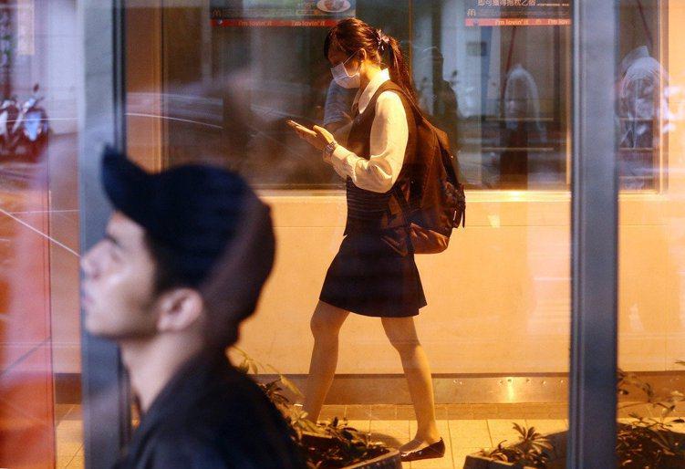 近年台灣薪資水準沒什麼提升,但年輕人對薪水的期望值已經下降,圖為街頭的年輕上班族...