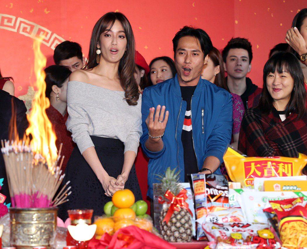 香火旺盛,當場「發爐」,陳庭妮(左起)、莊凱勛、鄭家榆驚呼連連。記者陳瑞源/攝影