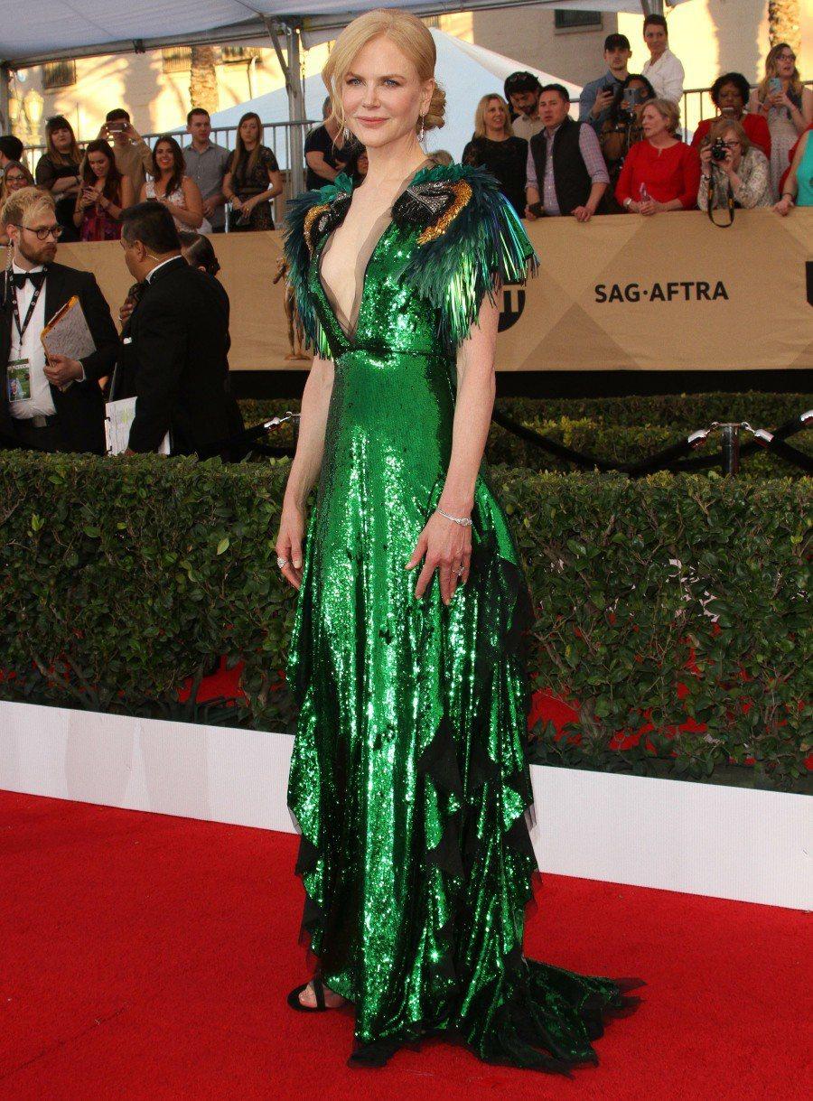 妮可基嫚選擇Gucci的綠色亮片禮服,貼身的線條展現優雅身型,肩膀上的鸚鵡主題充...