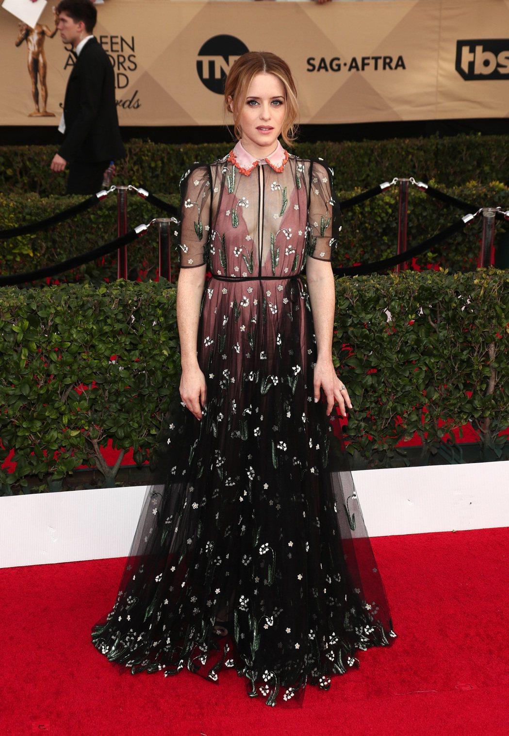 以《王冠》拿下電視類最佳女主角的克萊兒芙伊,也選擇Valentino的服裝現身。...