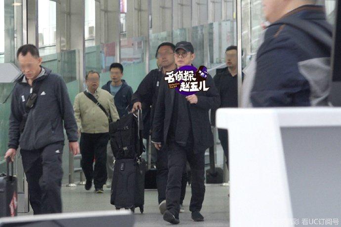 53歲的李連杰戴著棒球棒,穿著一身低調黑衣,沒有巨星排場。圖/取自微博