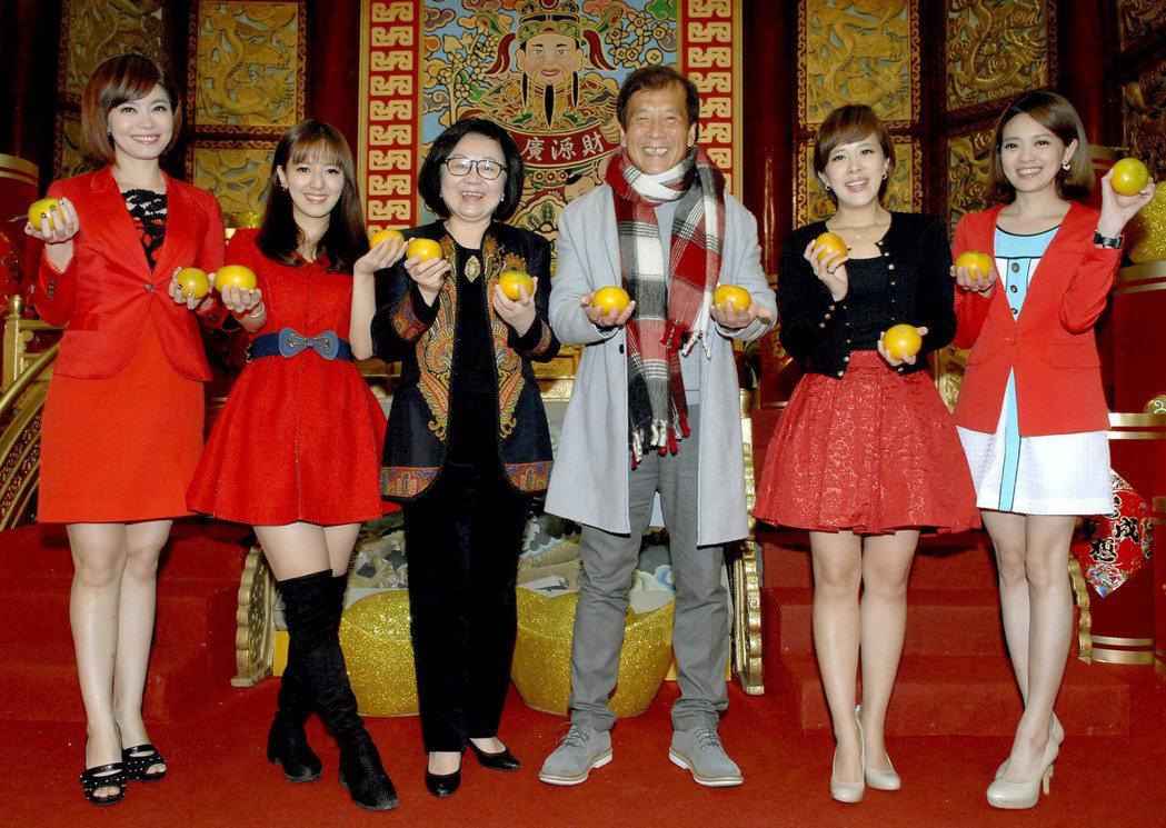 華視董事長陳郁秀(左三)總經理郭建宏帶領華視主播群團拜。圖/華視提供