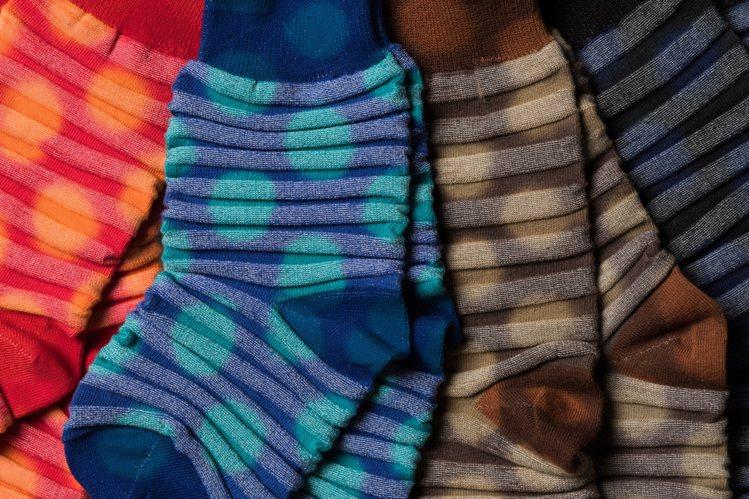 4種顏色的圓點彩襪,以兩種編織技法製成。圖/ISSEY MIYAKE