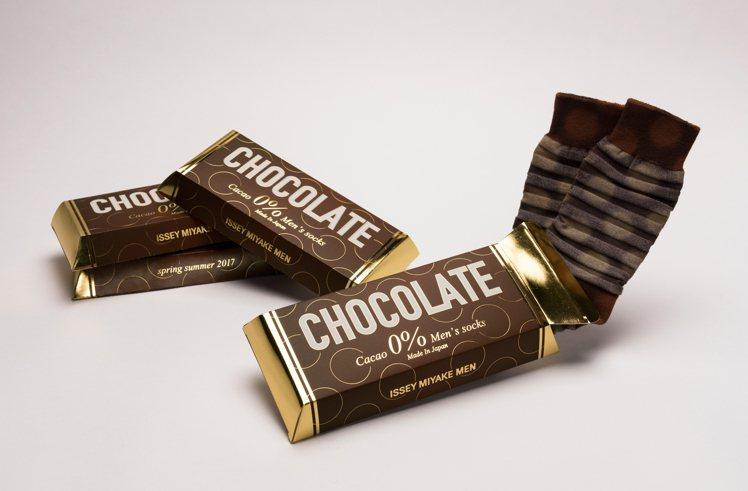 巧克力盒包裝的ISSEY MIYAKE限量情人節男襪相當幽默。圖/ISSEY M...