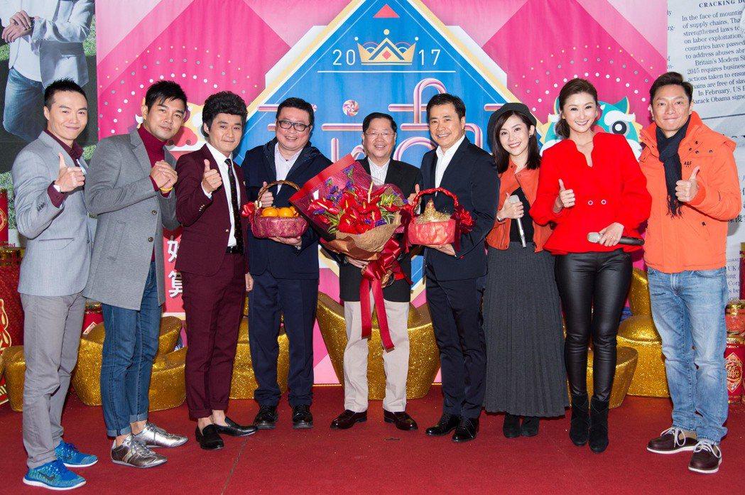 三立董事長林崑海(中)總經理張榮華(右四)帶領演員新春團拜。圖/三立提供